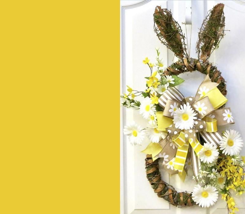 Osterhase dekoriert mit Frühlingsblumen Eingangstür