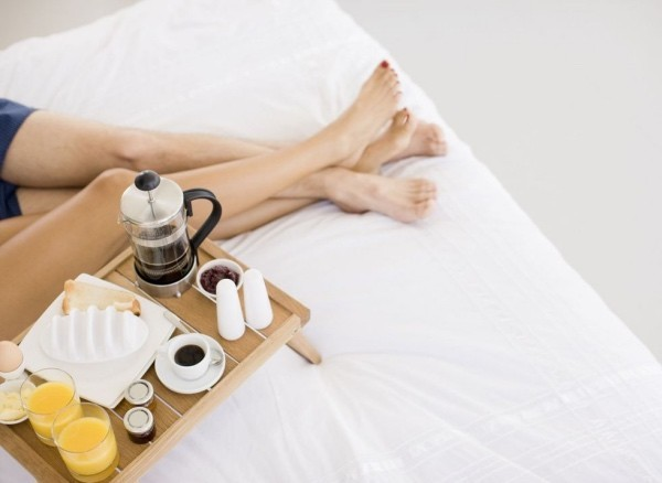 Romantisches Frühstück im Bett Valentinstag
