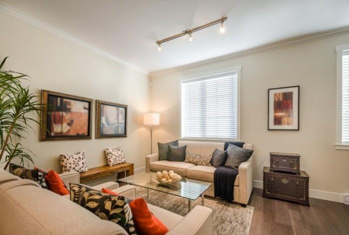 Schönes helles Wohnzimmer bunte Deko Kissen Bild farbige Akzente.