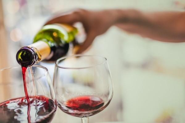 Tag der Liebe zelebrieren zu zweit am Abend Rotwein trinken
