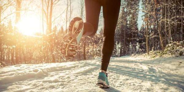 Tipps gegen Winterdepression Sport im Schnee treiben junge Leute joggen