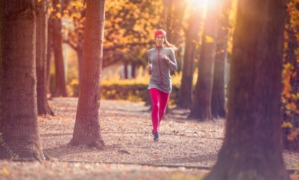 Tipps gegen Winterdepression jeden Sonnenstrahl anfangen spazieren gehen
