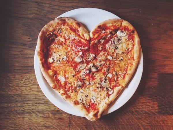 Valentinstag zu zweit zelebrieren Pizza in Herzform