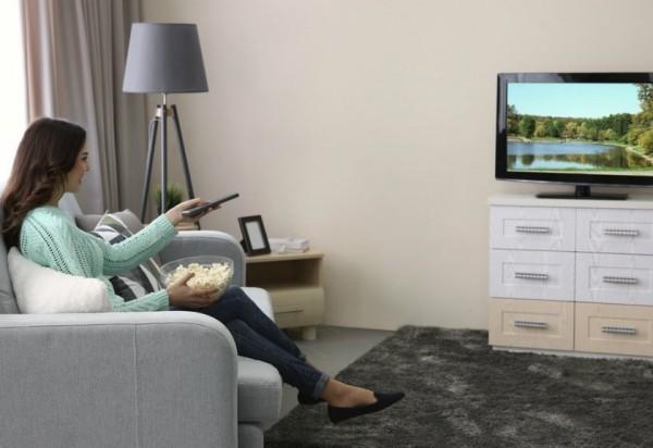 Winterdepression bekämpfen zusammen fernsehen gemütlich vor Flimmerkiste sitzen