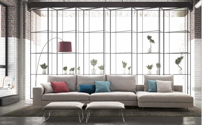 designer sofa vor einem fenster
