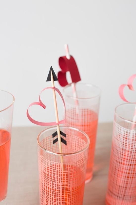 die fertigen getränke mit der deko - valentinstag ideen