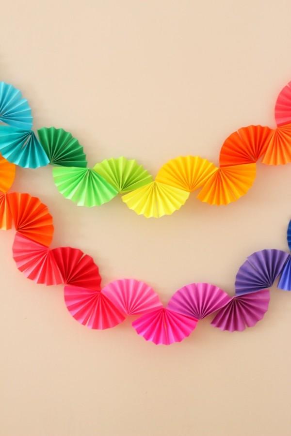 diy ideen deko farbige wanddeko girlande