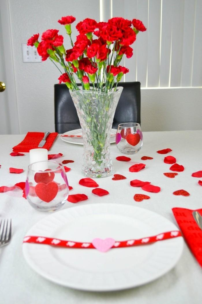 esstisch dekorieren geschirr dekorieren rosenblätter