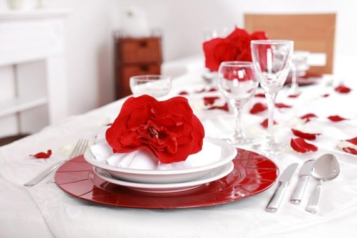 esstisch dekorieren geschirr rot weiß rosenblüten