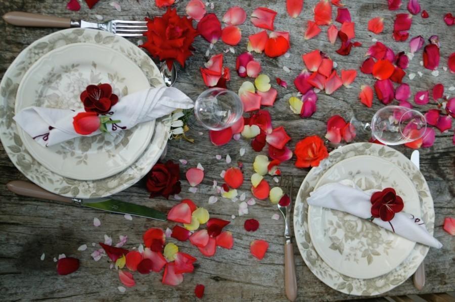 esstisch dekorieren valentinstag ideen rossenblätter