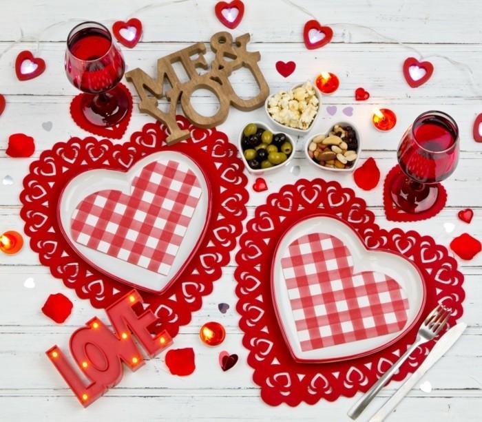 esstisch dekorieren valentinstag romantisch herzen figuren