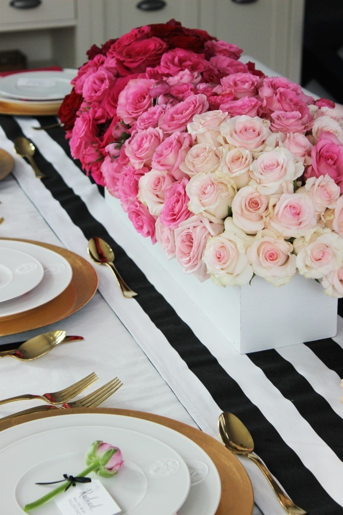 esstisch dekorieren valentinstag rosen tischläufer weiß schwarz
