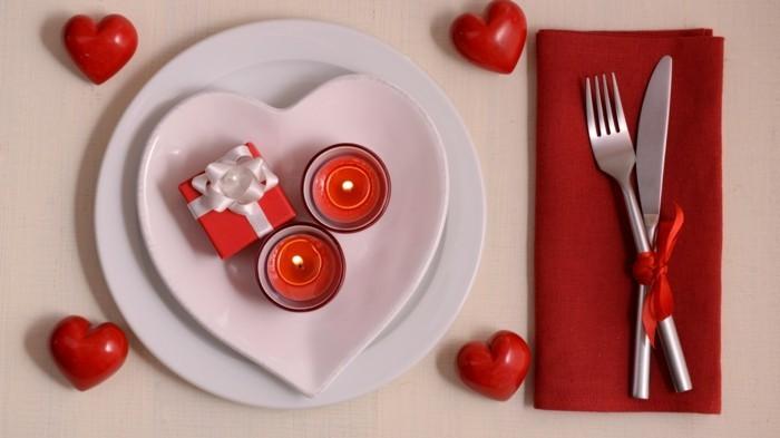 esstisch dekorieren valentinstag weiß rot