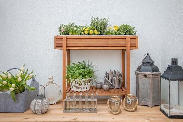 kleiner Tisch an der Wand Balkon bepflanzen