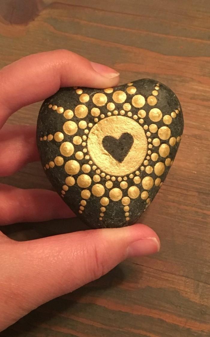 manala muster steine bemalen mit gold herz