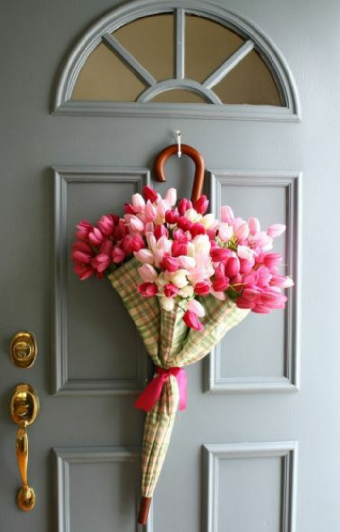 osterdeko fruehjahrsblueher gartenzubehoer tulpen im schirm