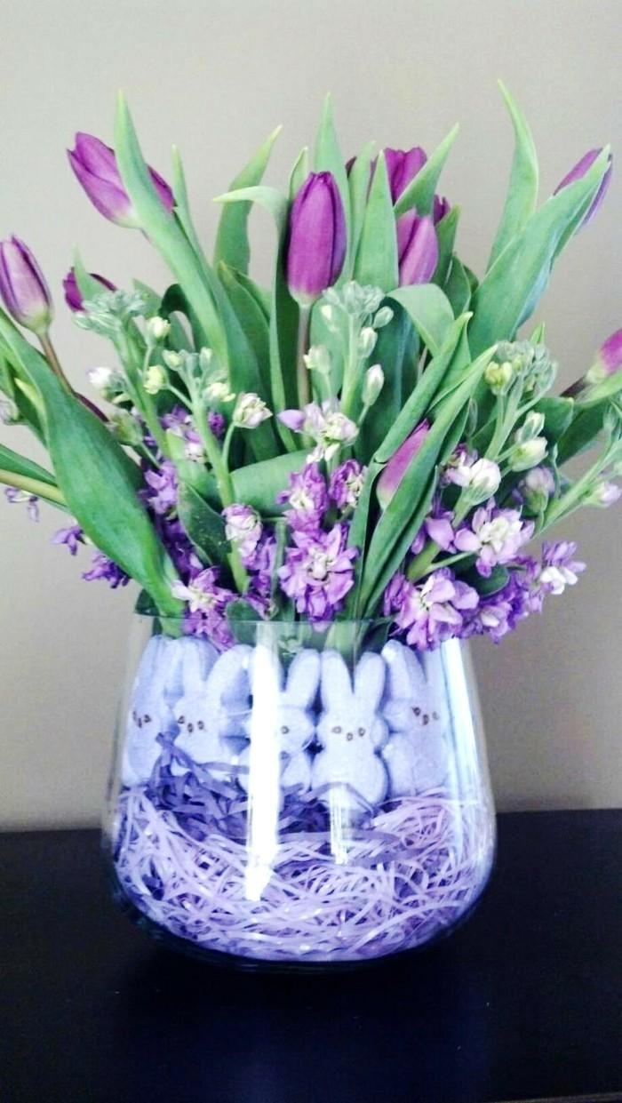 fruehjahrsblueher tulpen weiss lila tulpen