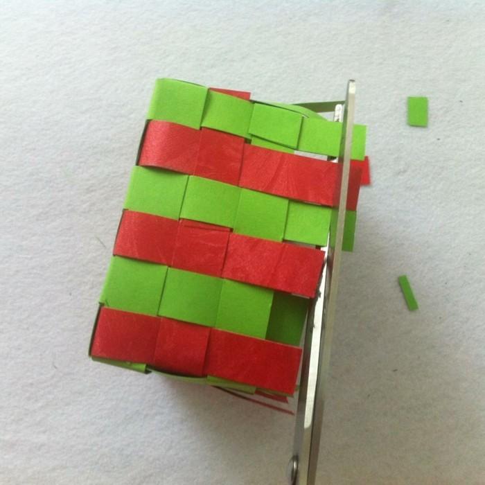 osterkorb basteln osterdeko selber machen ostergeschenke aus papierstreifen übereinander legen kleben naechst4