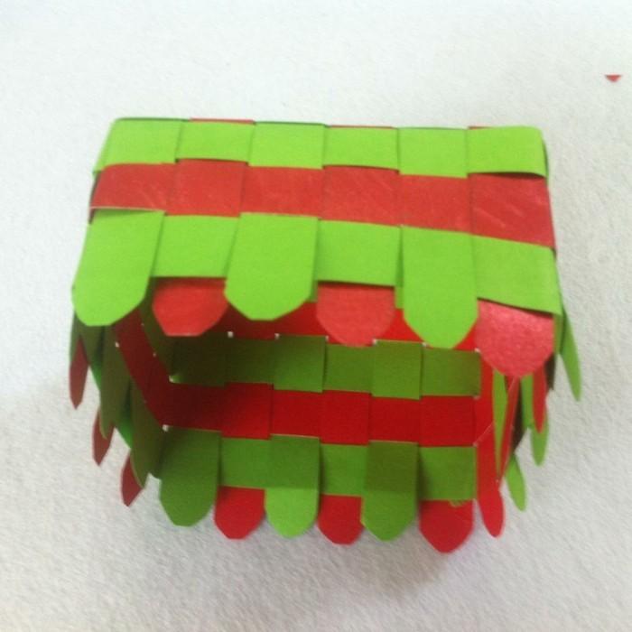 osterkorb basteln osterdeko selber machen ostergeschenke aus papierstreifen übereinander legen kleben naechst6
