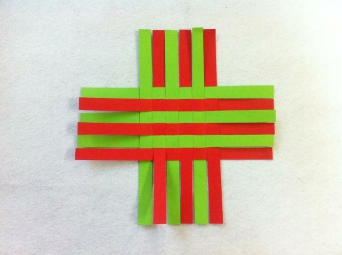 osterkorb basteln osterdeko selber machen ostergeschenke aus papierstreifen übereinander legen