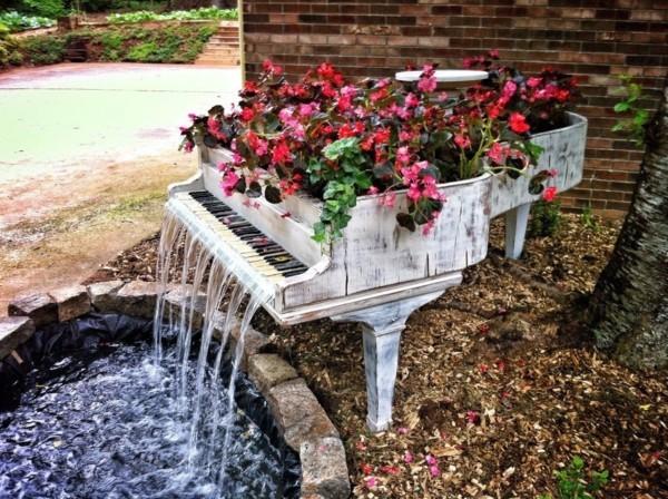 rustikale deko altes klavier als blumenbeet