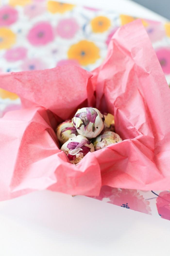 samenbomben selber machen mit blütenblättern geschenkidee ostern