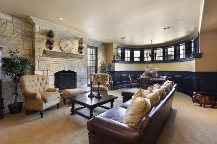 schönes Wohnzimmer mit Kamin