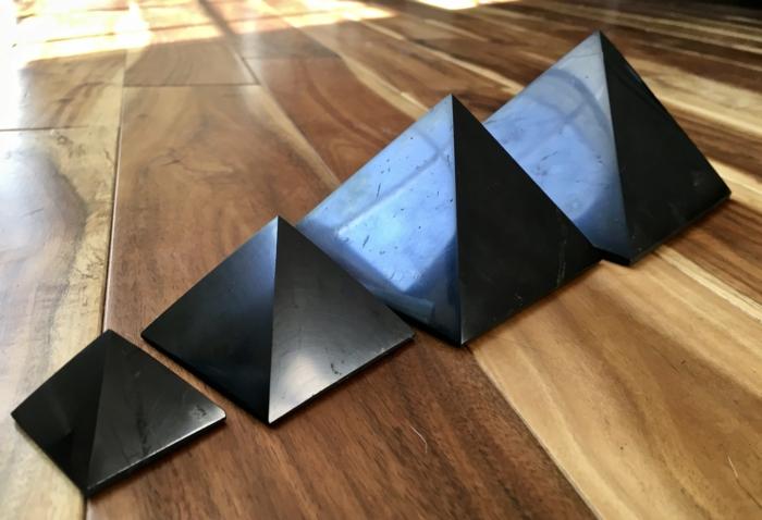 schungit pyramide unterschiedliche größen