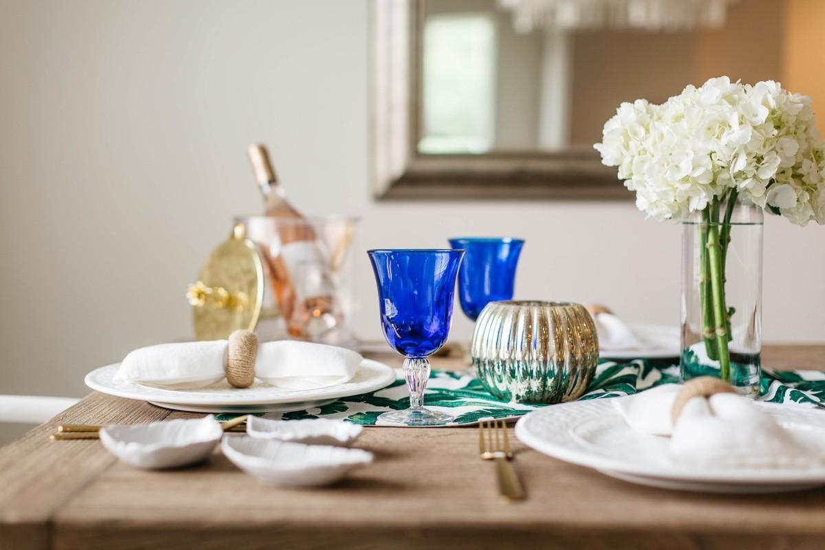 tisch dekorieren farbige muster blaue gläser