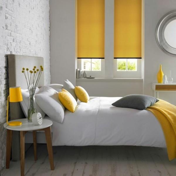 zitrone im schlafzimmer gelbe kissen tischlampe fensterrollos