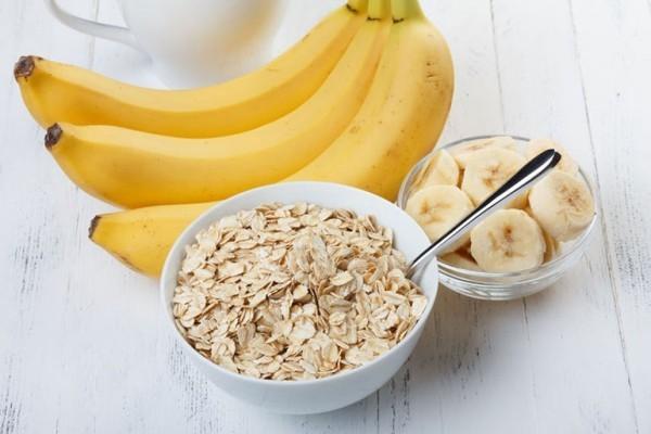 Eine Banane Schüssel Haferflocken viel Energie gute Laune beim Training