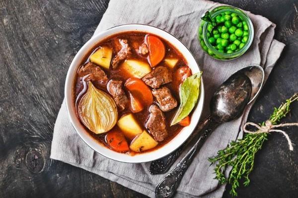 Fleisch-Gemüse-Eintopf mit Kartoffeln, Zwiebeln, grünen Erbsen und Kräutern.