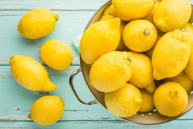 Frische Zitronen in Metallsieb Retro Stil