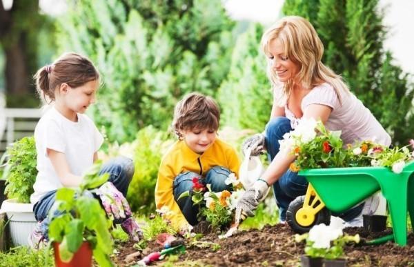 Gartenarbeit im März Blumen pflanzen mit den Kindern im Garten