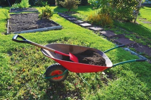 Gartenarbeit im März Blumenbeete schön formen ordentlicher Garten