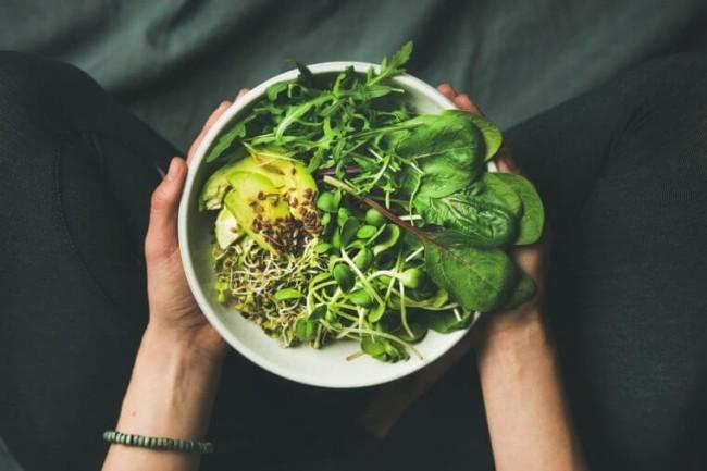 Gesunde Lebensmittel gegen Stress Pfannkuchen mit Spinat Schmelzkäse Frühstück