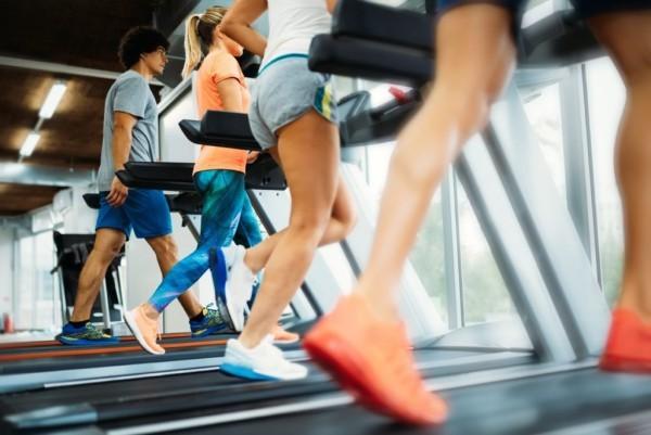 Gesunde Sporternährung Ausdauertraining am Laufband viel Energie verbrauchen