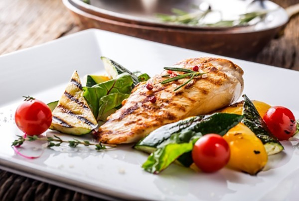 Gesunde Sporternährung Fisch mit Gemüse gute Wahl