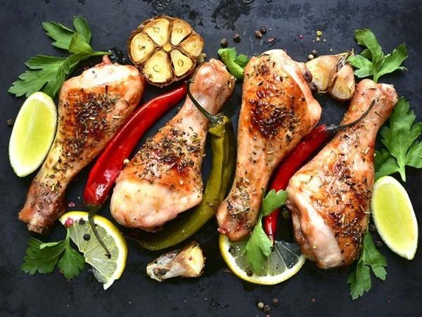 Gesunde Sporternährung Hähnchen gegrillt Gemüse Kräuter Esstisch am Abend