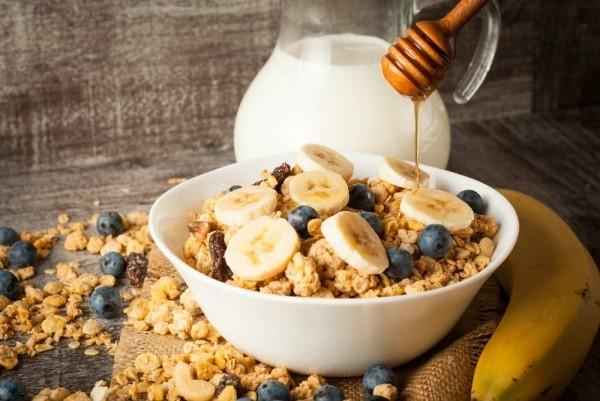 Gesunde Sporternährung Schüssel Haferflocken Bananenscheiben