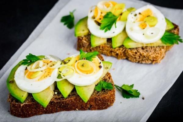 Gesunde Sporternährung Vollkornbrot Eier Avocado ideal für zwischendurch