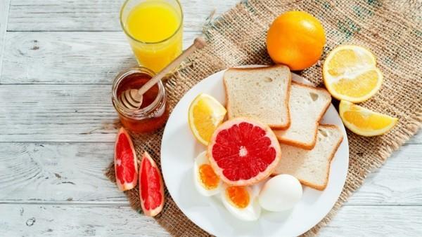 Gesunde Sporternährung eine Scheibe Brot mit Eiern exotische Früchte leicht verdaulich gesund