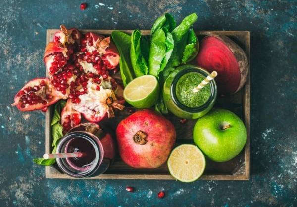 Gesunde Sporternährung frisches Obst und Gemüse für aktive Sportler