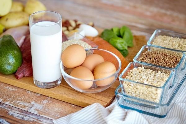 Gesunde Sporternährung gekochte Eier Milch Avocado mit Samen garniert
