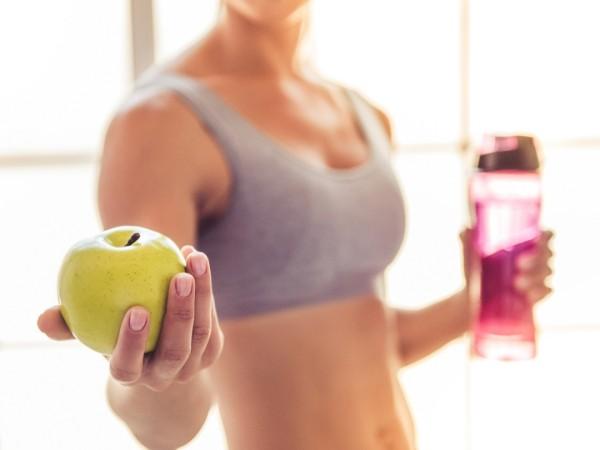 Gesunde Sporternährung genug Wasser trinken täglich einen Apfel essen