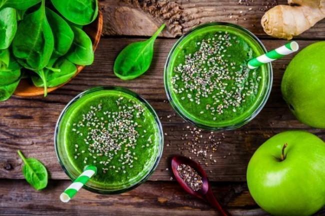 Gesunder grüner Smoothie mit Spinat Apfel Ingwer Chia Samen
