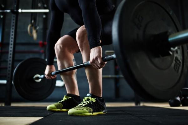 Gewichtheben Fitnessstudio gesunde Sporternährung verlangt