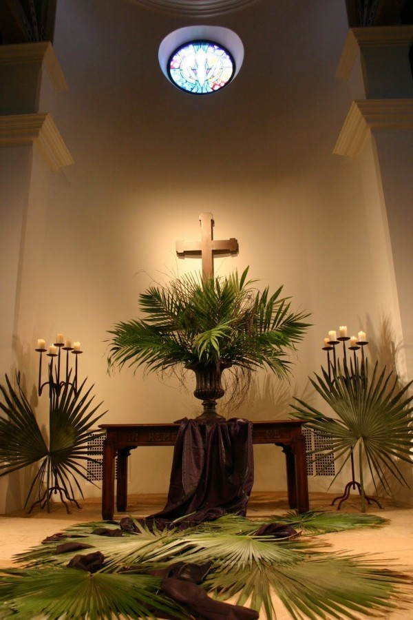 Kirche dekorieren am Palmsonntag Palmzweige