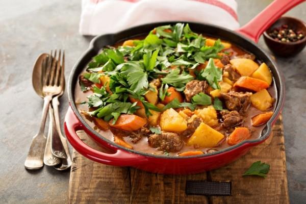 Lamm- Gemüse-Eintopf mit Karotten und Petersilie