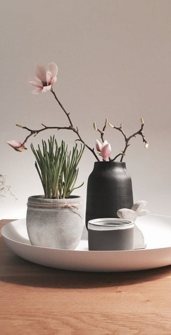 Minimalistische Tischdeko Grün im Topf rosa Blume in Vase